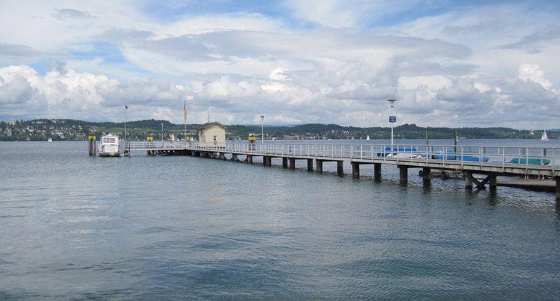 Der Hafen mit Schiffsanlegestelle in Konstanz Dingelsdorf. Nur 200 Meter von der Ferienwohnung Seeblick Imperia entfernt