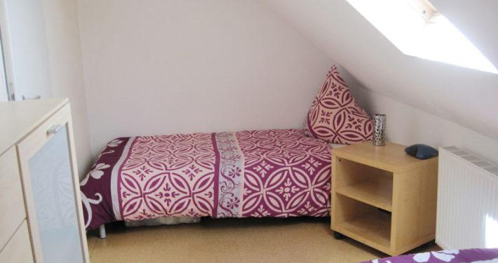 Schlafzimmer mit zwei Einzelbetten in der Ferienwohnung Seeblick Imperia in Konstanz-Dingelsdorf am Bodensee