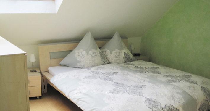Schlafzimmer mit Doppelbett in der Ferienwohnung Seeblick Imperia in Konstanz-Dingelsdorf am Bodensee